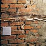 Sołtysik_Anna_2017Nurt1_instalacja płaska_drewno kora wiklina pleksa_70x25cm