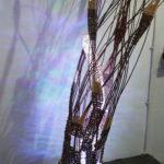 Sołtysik_Anna_2017_Osadzone_instalacja rzeźbiarska_drewno wiklina taśma ledowa_40x40x170cm